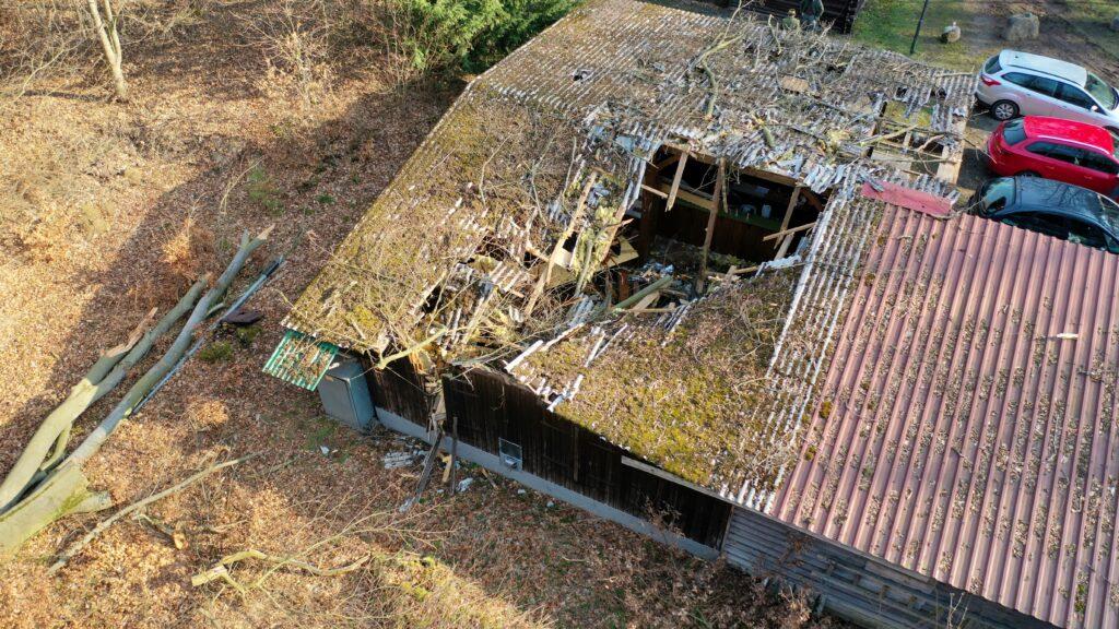 Das zerstörte Dach der Hütte, dem Ausbildungszentrum für die Jungjägerausbildung auf dem Schießstand Rosskuppe. Foto: Matthias Bender