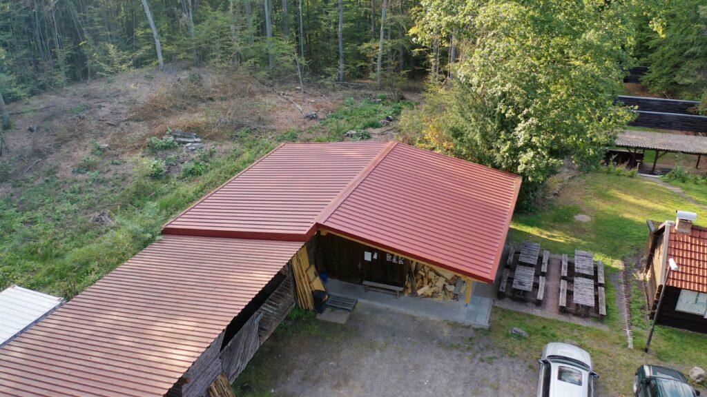 Das neue Dach der Hütte wurde rechtzeitig fertig, damit auch der Jungjägerkurs 2019 / 2020 wie gewohnt durchgeführt werden kann. Foto: Matthias Bender
