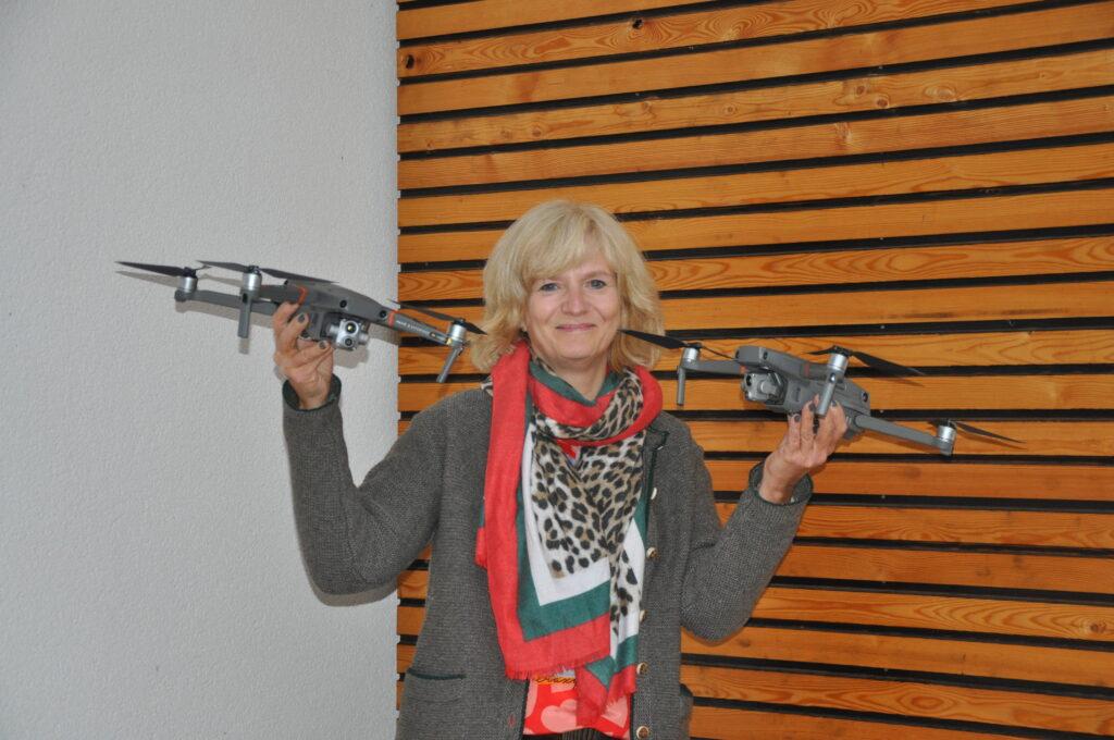 2. Vorsitzende Astrid Schneider-Heil ist stolz auf die beiden Drohnensysteme, die der Verein für die Rehkitzrettung angeschafft hat, Foto: Matthias Bender