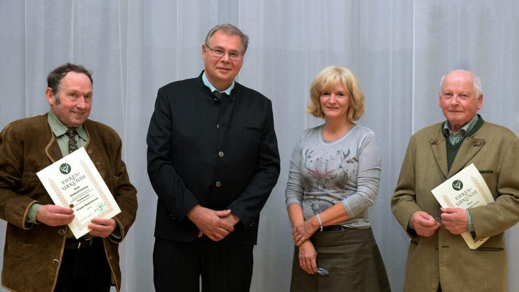 v.l. Berthold Fladung (50 Jahre Mitgliedschaft), neuer 2. Vorsitzender Joerg Hartmann, 1. Vorsitzende Astrid Schneider-Heil sowie Heinrich Losch (60 Jahre Mitgliedschaft), Foto: Karl-Heinz Burkhardt