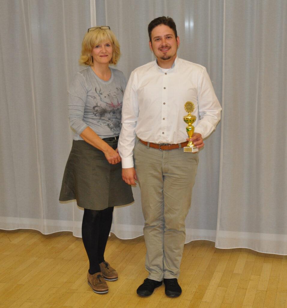 1. Vorsitzende Astrid Schneider-Heil mit René Laibach, dem Pokalsieger des Jungjäger Pokalschiessen 2021, Foto: Matthias Bender